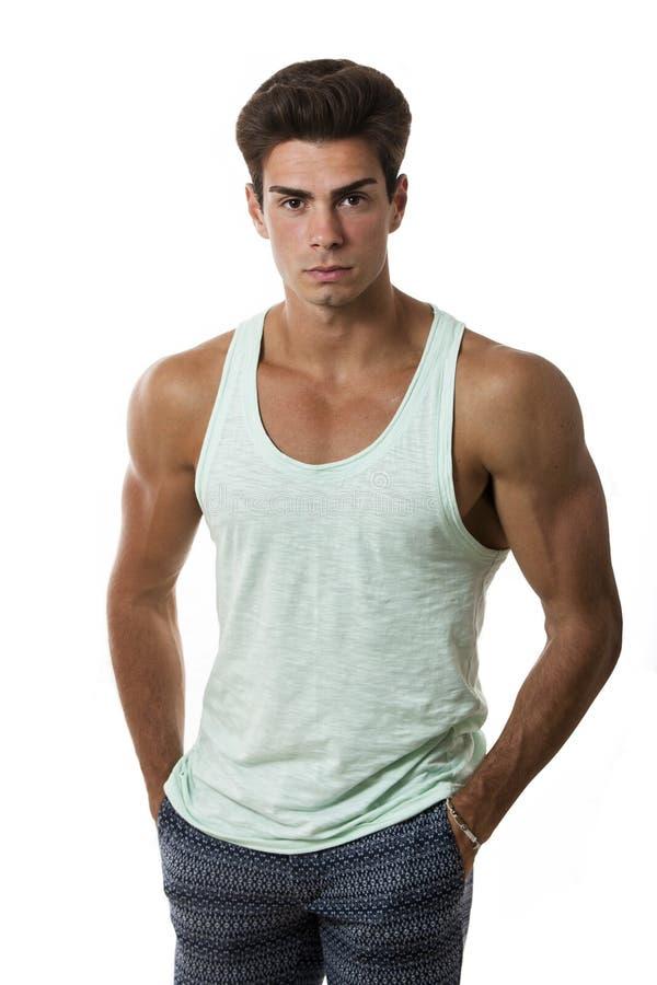 Mãos bonitas e musculares novas do equipamento do modelo do homem em uns bolsos imagem de stock royalty free
