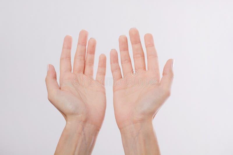 Mãos bonitas e saudáveis do ` s da mulher isoladas no fundo branco Abra as mãos para afixar o produto Palmas humanas macro Zombar imagens de stock royalty free