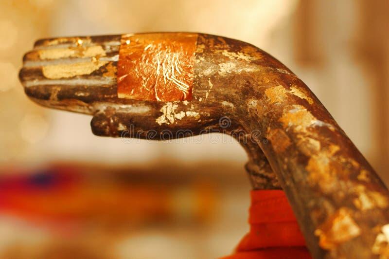 Mãos budistas na oração. Tailândia. imagens de stock