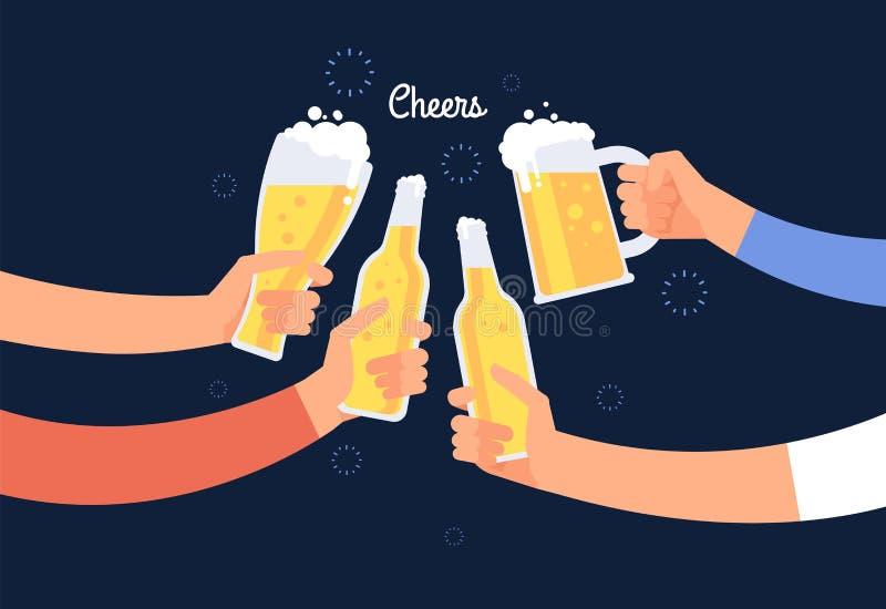 Mãos Cheering Garrafa e vidros alegres de cerveja do tinido dos povos Fundo bebendo feliz do vetor do feriado ilustração stock