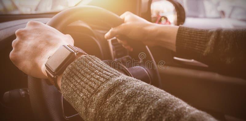 Mãos colhidas do cliente que conduzem o carro imagens de stock royalty free