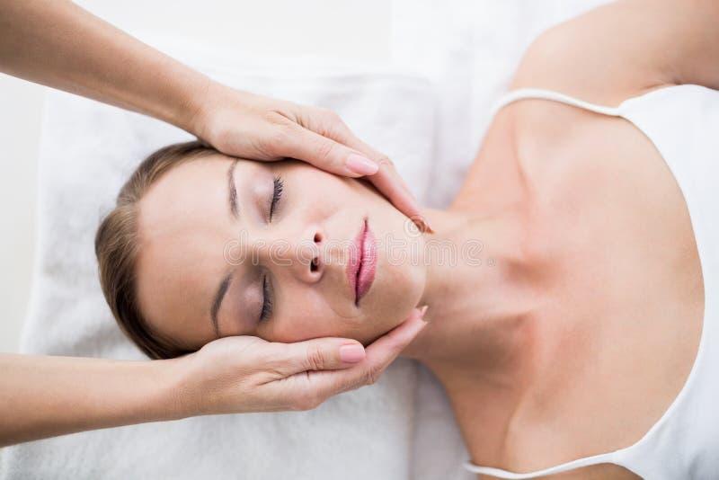 Mãos colhidas do massagista que fazem massagens a mulher fotografia de stock royalty free