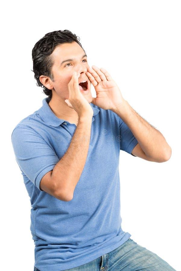 Mãos colocando do homem latino-americano da gritaria do perfil V fotografia de stock royalty free