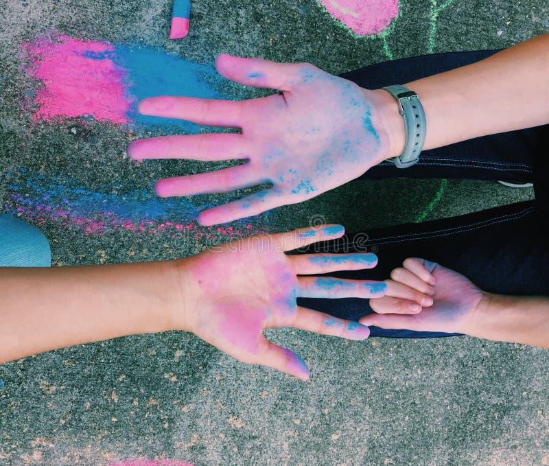 Mãos coloridas do giz fotografia de stock royalty free