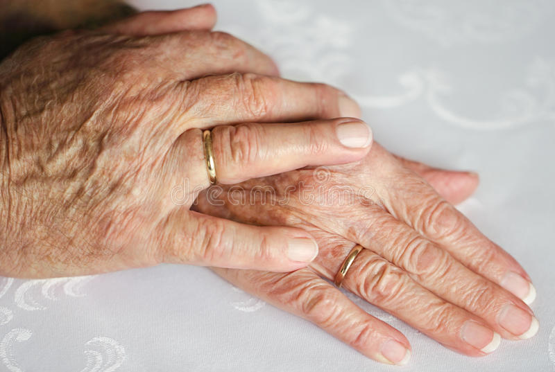 Mãos com anéis de casamento fotos de stock royalty free