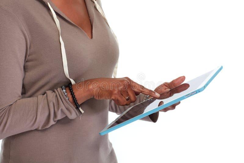 Mãos com computador da tabuleta imagens de stock royalty free
