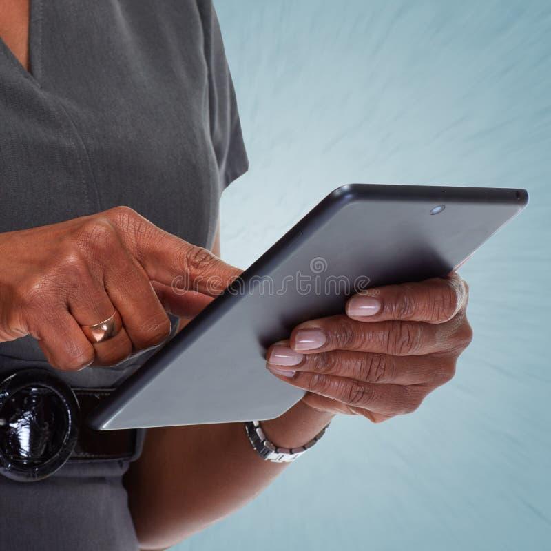 Mãos com computador da tabuleta fotografia de stock