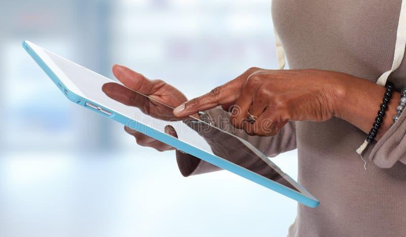 Mãos com computador da tabuleta fotos de stock royalty free