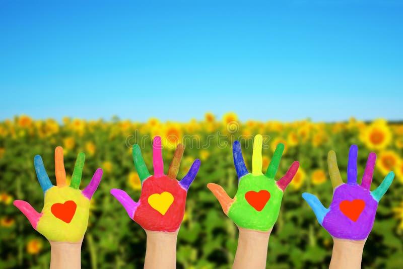 Mãos com corações, conceito amigável do eco fotos de stock royalty free