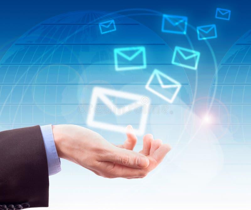 Mãos com correio do mundo imagens de stock royalty free