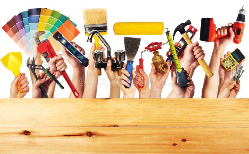 Mãos com ferramentas da construção fotos de stock royalty free