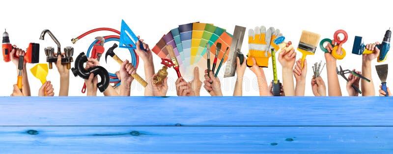 Mãos com ferramentas de DIY imagem de stock