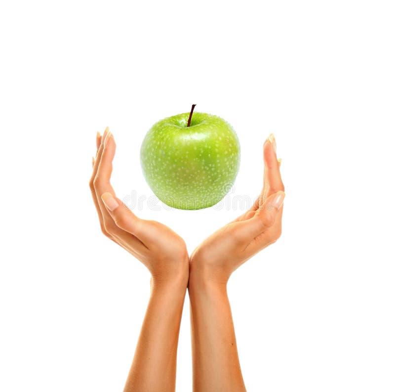 Mãos com maçã fotografia de stock royalty free