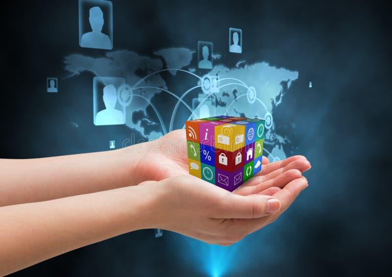 mãos com o cubo dos ícones da aplicação fundo tecnológico ilustração do vetor