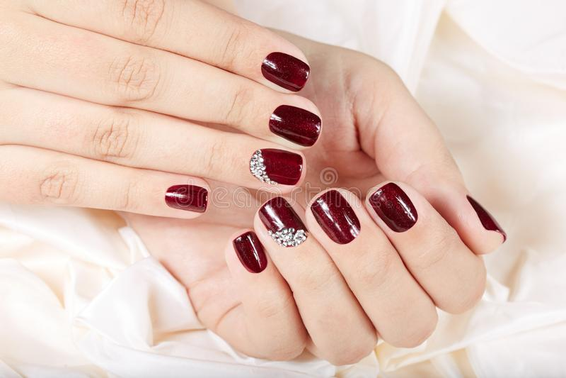 Mãos com os pregos manicured curtos bonitos fotos de stock royalty free