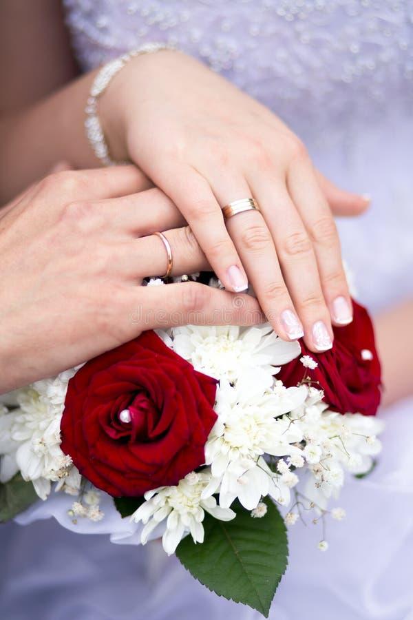 Mãos com pares do casamento dos anéis imagens de stock