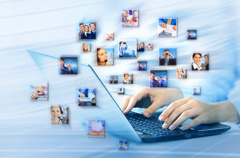 Mãos com teclado de laptop. foto de stock