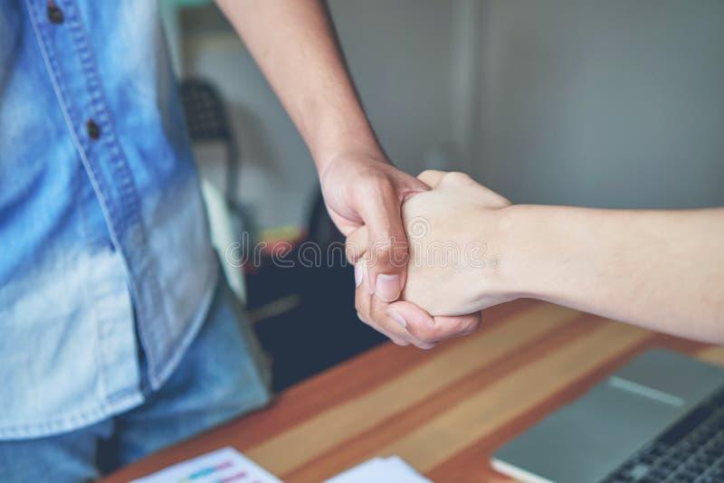 Mãos comum de dois homens de negócios após ter negociado um acordo bem sucedido do negócio, e o aperto de mão junto imagem de stock royalty free
