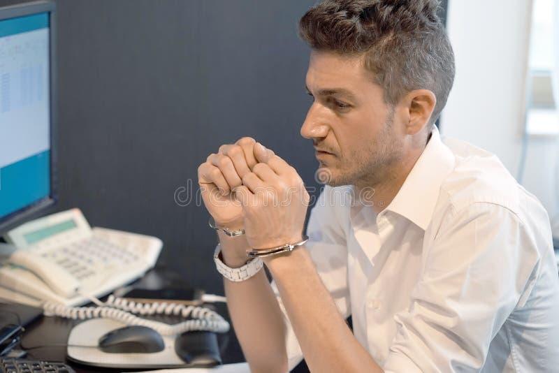 Mãos criminosas travadas nas algemas Mãos algemadas homem prendidas Opinião do Close-up fotos de stock royalty free
