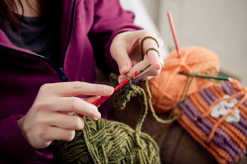 Mãos Crocheting imagens de stock