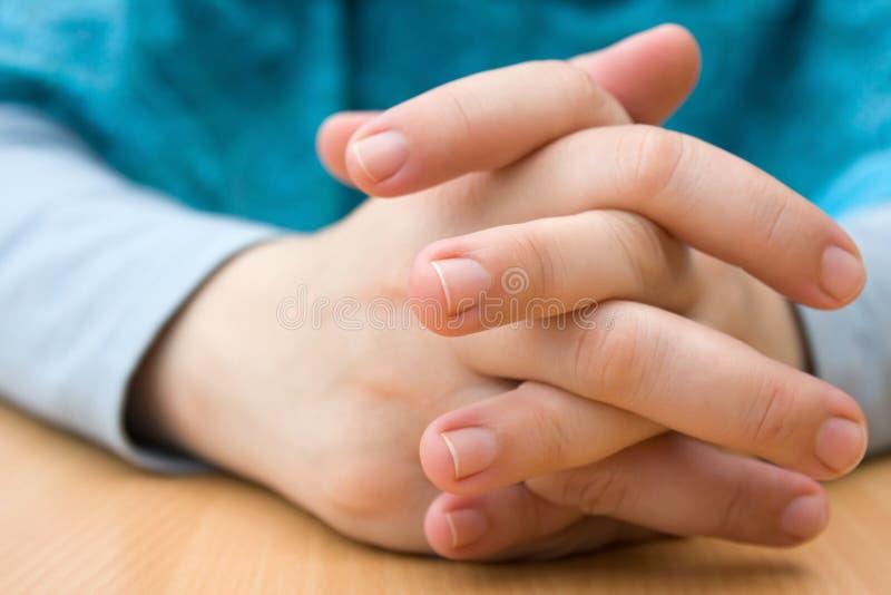 Mãos cruzadas foto de stock