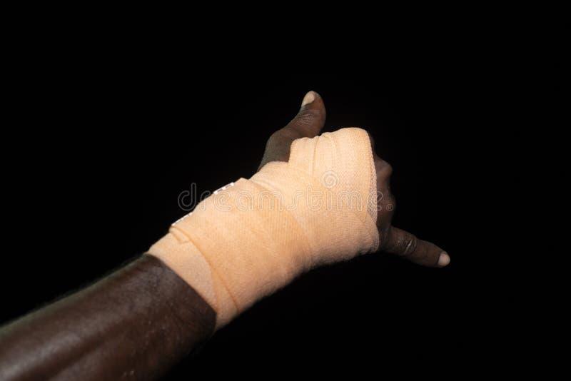 Mãos da atadura do detalhe emigrante preto no barco fotos de stock royalty free