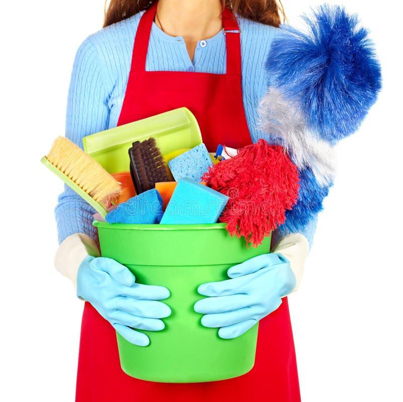 Mãos da empregada doméstica com ferramentas da limpeza imagens de stock