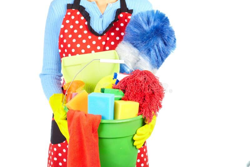 Mãos da empregada doméstica com ferramentas da limpeza foto de stock royalty free