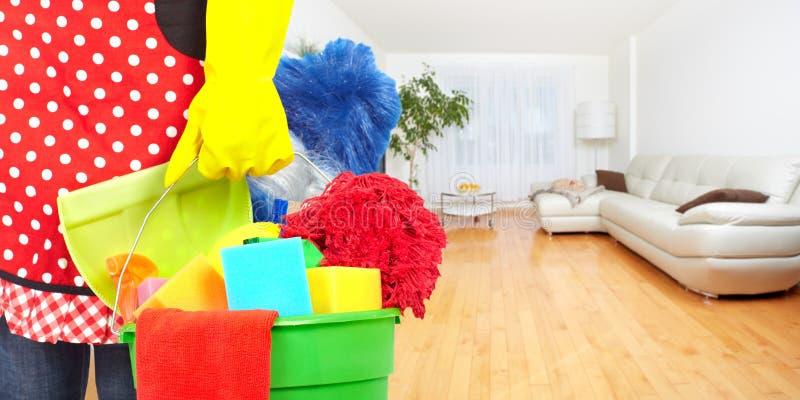 Mãos da empregada doméstica com ferramentas da limpeza imagens de stock royalty free
