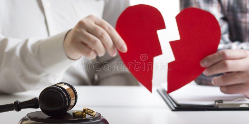 Mãos da esposa, decreto do marido do divórcio de assinatura, dissolução, cancelando a união, originais da separação legal, arquiv foto de stock royalty free
