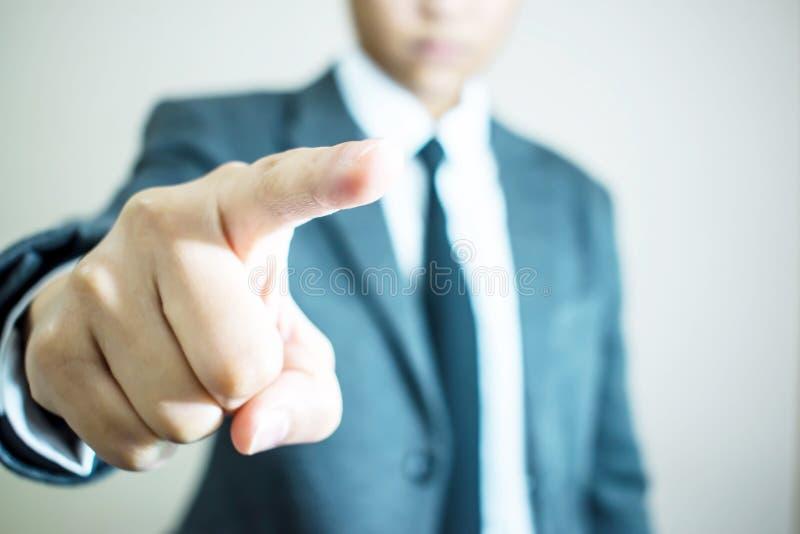 Mãos da mão da posição do homem de negócios para tocar na tela foto de stock royalty free