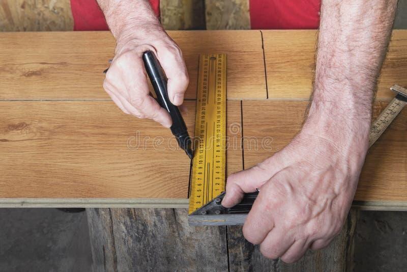 Mãos da marca do trabalhador uma estratificação imagem de stock royalty free