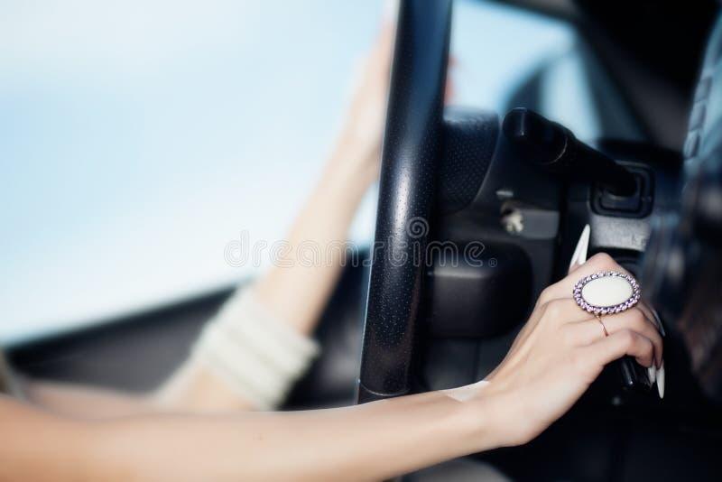 Mãos da menina de Beauriful na roda imagens de stock royalty free