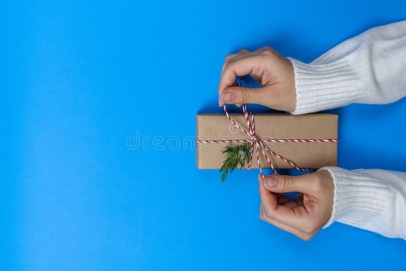 Mãos da menina que guardam atuais para o Natal Presentes embalados Vista superior fotografia de stock