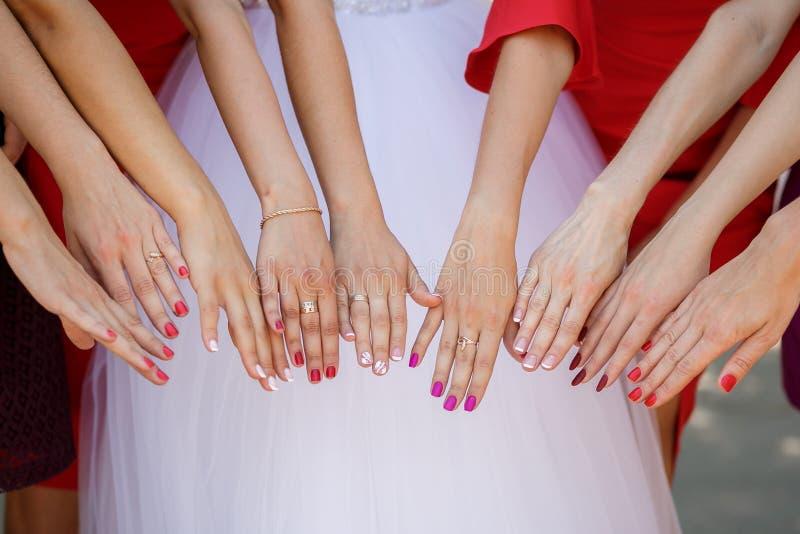 Mãos da mostra da noiva e das damas de honra fotos de stock royalty free