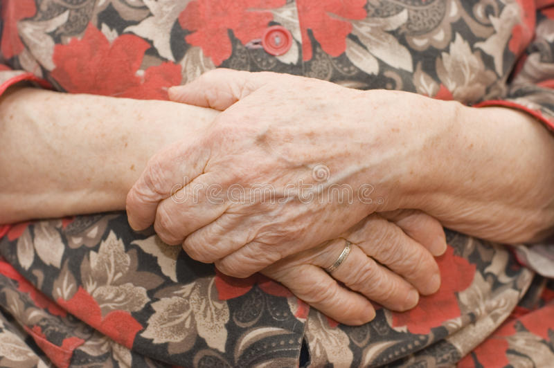 Mãos da mulher adulta foto de stock