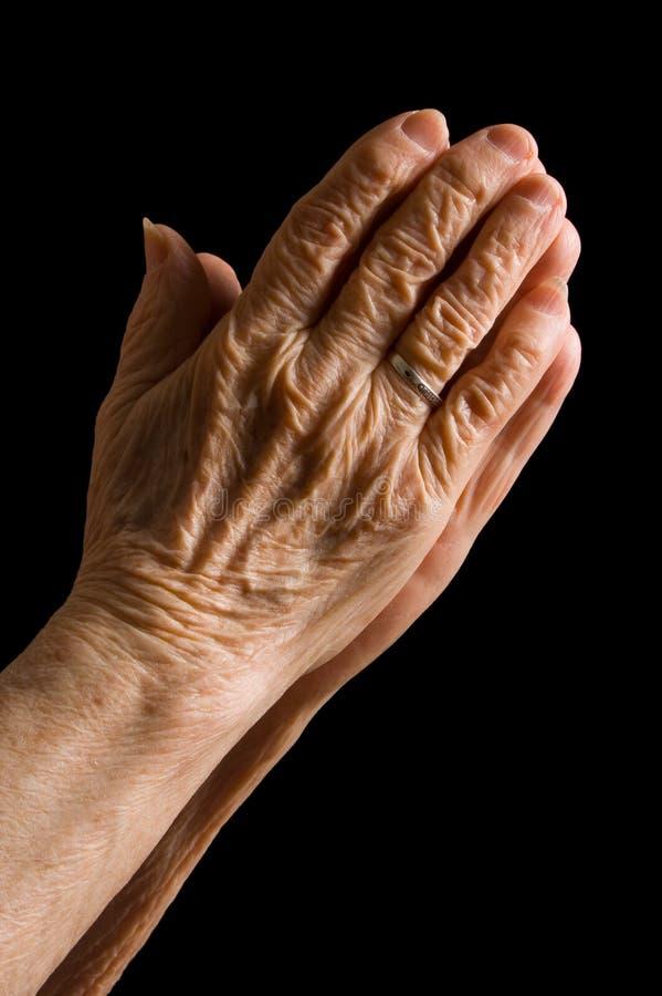 Mãos da mulher adulta em um preto imagem de stock