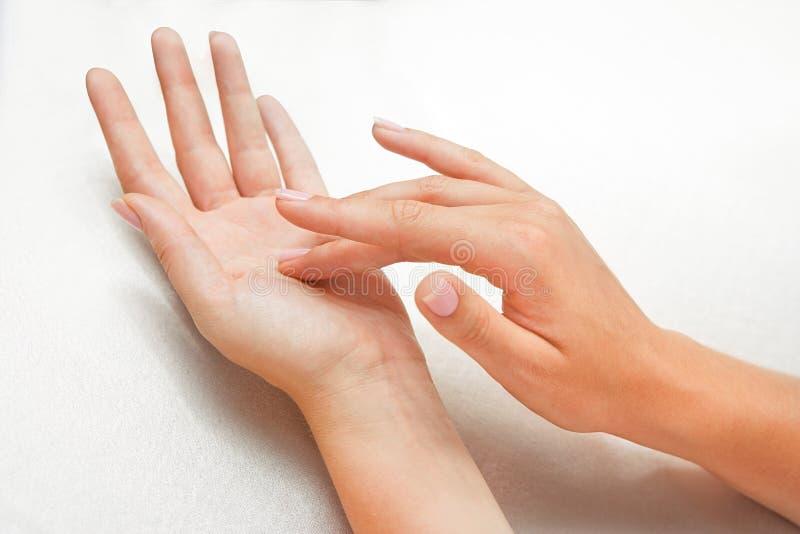 Mãos da mulher bonita fotos de stock