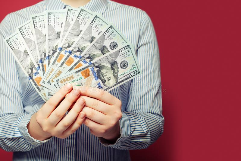 Mãos da mulher com dinheiro do dinheiro dos dólares americanos imagens de stock royalty free