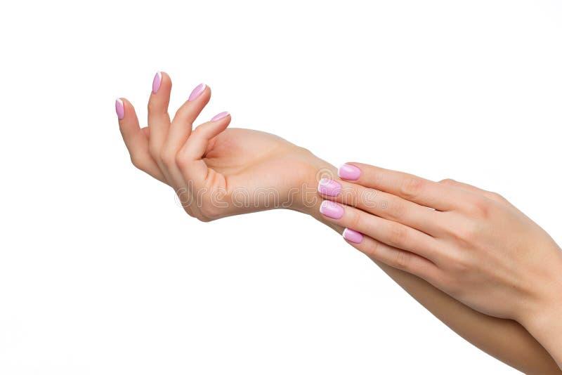 Mãos da mulher com tratamento de mãos francês imagem de stock royalty free