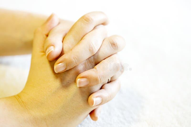 Mãos da mulher do tha no tapete fotografia de stock