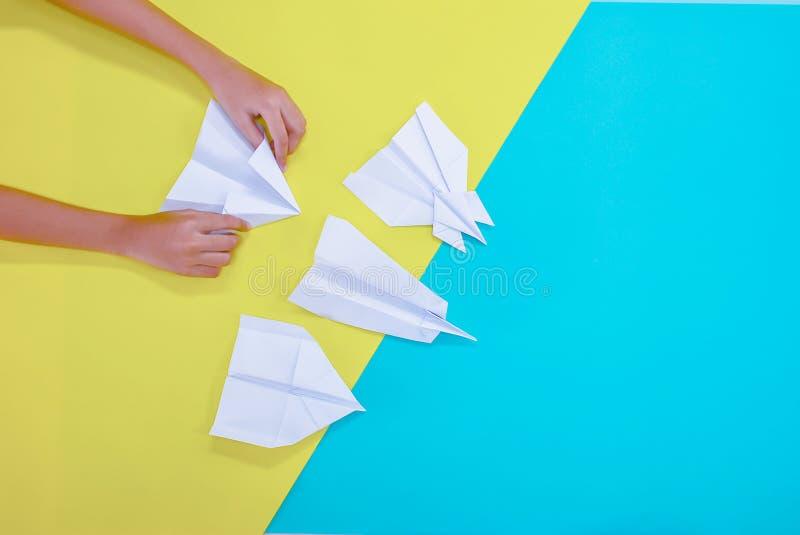 Mãos da mulher que dobram o conceito de papel da mesa fotos de stock