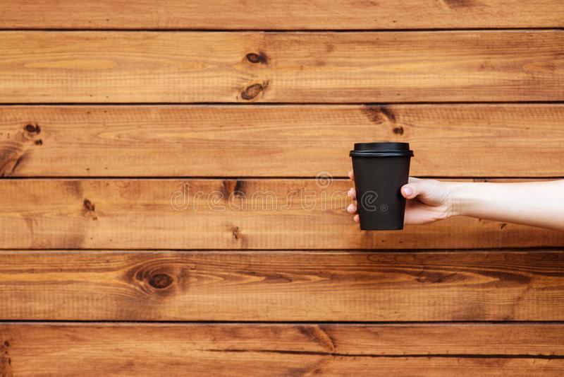 Mãos da mulher que guardam o café fotografia de stock royalty free