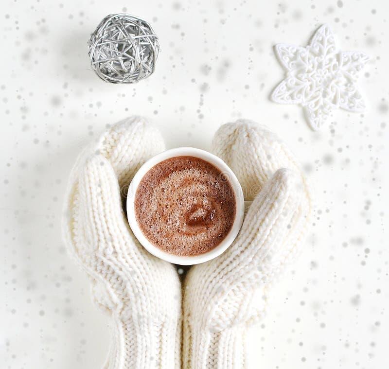 Mãos da mulher que guardam o conceito do ano novo do Natal do chocolate quente da bebida do copo imagens de stock royalty free
