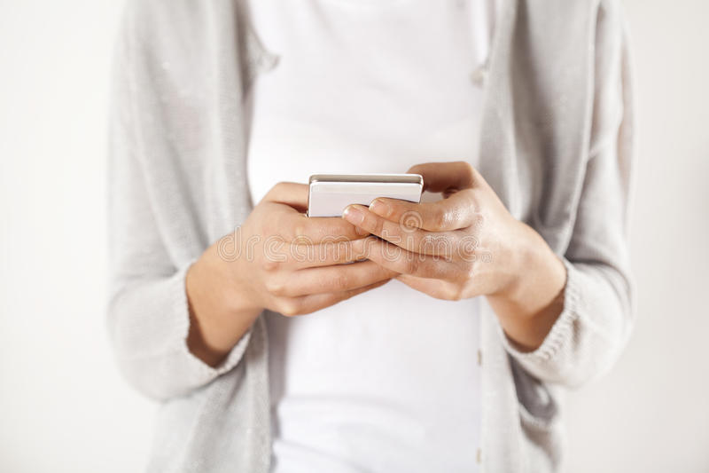 Mãos da mulher que guardam o telefone imagens de stock