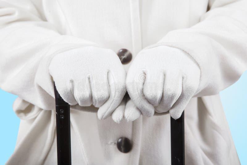 Mãos da mulher que guardam um aperto de mão da bagagem fotografia de stock
