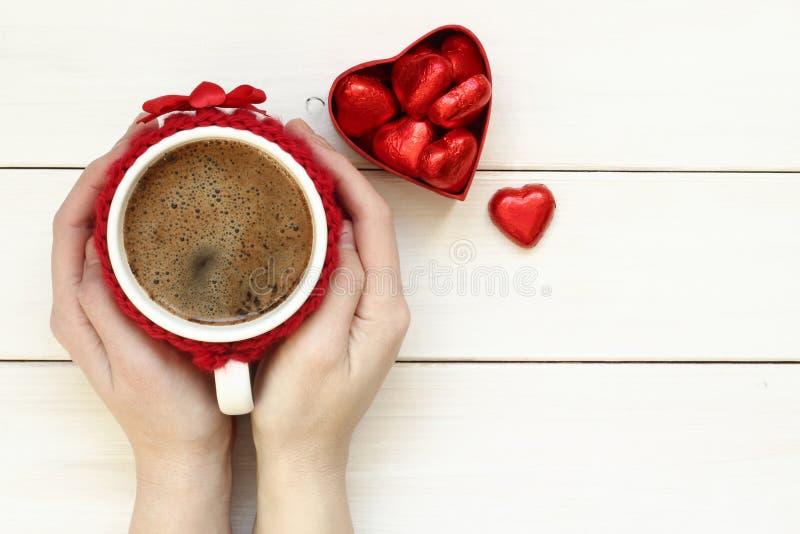 Mãos da mulher que guardam a xícara de café imagens de stock royalty free
