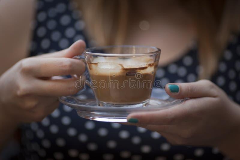 Mãos da mulher que guardam a xícara de café fotos de stock