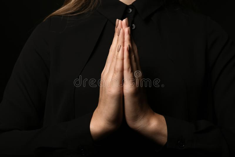 Mãos da mulher rezando nova, close up fotografia de stock royalty free