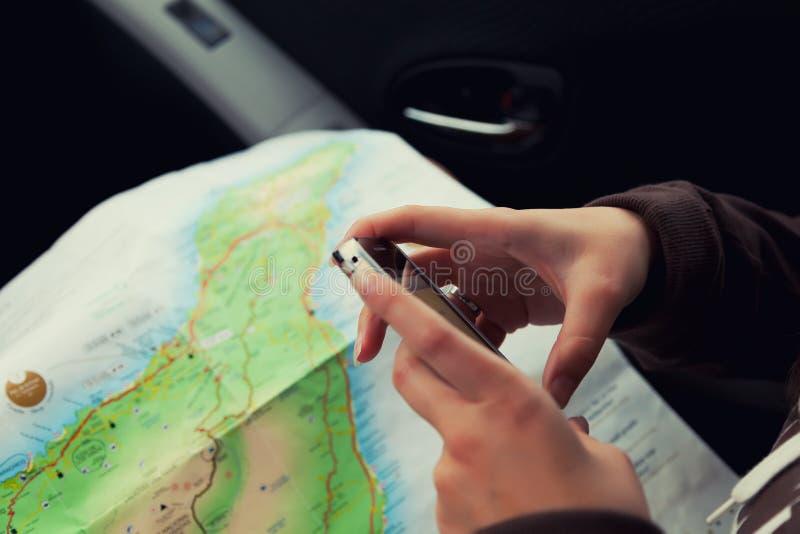 Mãos da mulher usando uma navegação móvel App foto de stock